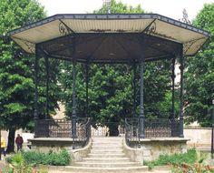 Kiosque, La Ferté-sous-Jouarre ;Le Pâtis de Condé tire son nom de l'ancien prince fertois qui embrasse la cause de l'Église réformée. Son kiosque à musique est réalisé grâce à un don testamentaire d'Alfred Cocu, boucher à La Ferté-sous-Jouarre. Ouvert en grande pompe le 3 mai 1903, il coûte 10 636,15 francs de l'époque.