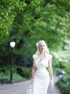 Spring & Summer in fresh white, it's probably as classic as you can get, and one of my favorites this time of year. The Pretty Dress Co. Vintage Glamour, Vintage Girls, Vintage Outfits, Vintage Fashion, 1940s Looks, The Pretty Dress Company, White Blonde Hair, White Springs, Wiggle Dress