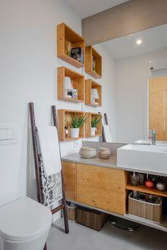 Decoração de apartamento pequeno, decoração minimal, banheiro, luz natural, marcenaria, nichos de madeira.