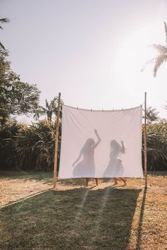DIY Backyard Movie Night with Spell & The Gypsy Collective and - Modern Design Photographie Art Corps, Home Shooting, Backyard Movie Nights, Shotting Photo, Photographie Portrait Inspiration, Backyard Projects, Backyard Ideas, Garden Ideas, Backyard Camping