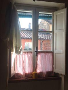 Dalla finestra della cucina si può osservare la vita della cortestramba❤️❤️❤️