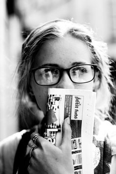 Looking for new glasses. New Glasses, Girls With Glasses, Oakley, Look Cool, White Photography, Beyonce, Persona, Black And White, Black Pic