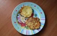 Przepis na pyszne racuszki z białym serem :)  SKŁADNIKI:  - 40 dkg twarogu półtłustego - 2 jajka - 2 łyżki cukru - 3 łyżki mąki - cukier puder - masło  - Widelcem rozgniatamy ser biały; – Dodajemy żółtka i cukier, następnie mieszamy ; – Dodajemy mąkę; – Białka ubijamy na sztywno, dodajemy i mieszamy z resztą; – Smażymy małe racuszki na maśle; – Po nałożeniu na patelnię lekko rozgniatamy; – Po usmażeniu układamy na ręczniku kuchennym; – Posypujemy cukrem pudrem.  SMACZNEGO :)
