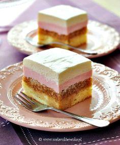 Apple Cream Cake - layers of sponge cake, apples, yogurt and whipped cream (recipe in Polish, translator in side bar) Polish Desserts, Polish Recipes, Fun Desserts, Sweet Recipes, Cake Recipes, Dessert Recipes, Opera Cake, Mini Tart, Sponge Cake