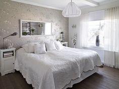 Sovrum i vitt och grått.