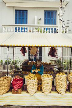 Brasil, país da abundância. Banca de batatas em feira no bairro Alto das…