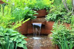 Im Garten einen kleinen Wasserfall im Edelrost-Look gestalten