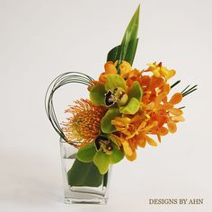orange and green modern floral arrangement . Would be great in my kitchen Hotel Flower Arrangements, Contemporary Flower Arrangements, Vase Arrangements, Ikebana, Estilo Floral, Arte Floral, Modern Wedding Centerpieces, Floral Centerpieces, Hotel Flowers