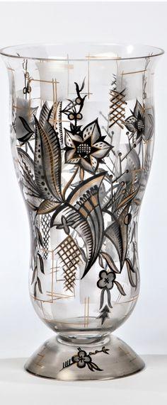 Fachschule Steinschönau, um 1925 Seltene Vase  Farbloses Glas mit stilisiert floraler Schwarzlotmalerei, überdekoriert in Poliergold. Grund partiell schwarzgrau gespritzt. H. 21 cm Vase, Home Decor, Decorating, Painting Art, Decoration Home, Room Decor, Vases, Home Interior Design, Home Decoration