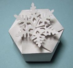 Tutorial/Free Downloads: Twist top snowflake box