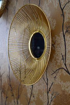 Admirez la finesse de la structure de ces miroirs filaires en métal doré ! Salon Art Deco, Console, Finesse, Home Appliances, Home Improvement, Golden Mirror, Decorating Tips, Mirrors, Linens