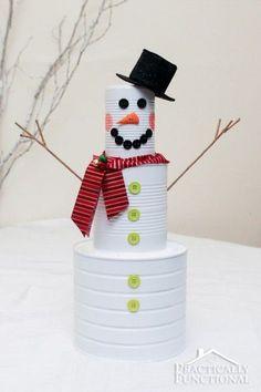 Boneco de neve feito de latas é barato, mas lindo (Foto: practicallyfunctional.com)