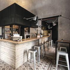 Unto est un fast-food situé à Palerme, et imaginé par le studio italien DiDeA. Sa large palette de matériaux puise son inspiration dans le design industriel mais aussi dans le passé historique de la ville créant ainsi un lieu au style éclectique. ...