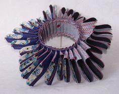 Paper jewelry by Luis Acosta Paper Bead Jewelry, Textile Jewelry, Paper Beads, Jewelry Art, Jewelry Design, Sculpture Textile, Textile Art, Textiles, Paper Bracelet