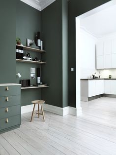 Trend Watch: paredes verdes no apartamento - Bedroom Green, Green Rooms, Bedroom Colors, Green Living Room Walls, Khaki Bedroom, Green Dining Room, Workspace Inspiration, Interior Inspiration, Room Inspiration