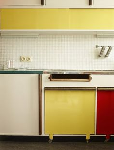 The bright Antwerp kitchen of Belgium's leading modernist architect, Renaat Braem _ Photography: Leslie Williamson