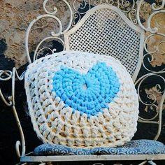 Ame aquilo que você faz e todo trabalho feito será a realização de um sonho.  Para inspirar esse lindo dia hoje, que tal fazer uma almofada como essa da foto feita pela artesã @meiroca_croche_. Que ficou encantadora. #fiodemalha #trapillo #trapillomania #fiosguaranisempre #fiosguarani #sustentabilidade #feitoamao #crochelove #almofadas #criatividade