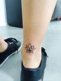 tattoo am knoechel, bein tattoo, wasserlilie, weibliche tattoo motive