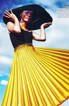 Accordion skirt + wide brim chic