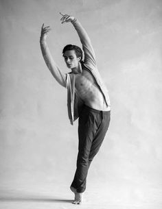 Do you recall seeing your first ballet? No, says Francesco Gabriele Frola, first soloist with the National Ballet of Canada, but he does recall the first one he was in. Dance Photography Poses, Dance Poses, Tanz Poster, Photoshoot Idea, Male Pose Reference, Figure Drawing Models, Dance Magazine, Male Ballet Dancers, Poses References