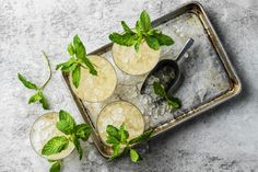 Mint Julep Mocktail - Rezepte | fooby.ch Ginger Ale, Mint, Drinks, Cocktails, Non Alcoholic Beverages, Drink Recipes, Peppermint, Weihnachten, Drinking