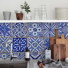 Wij zijn verliefd op deze niet van echt te onderscheiden Italiaanse tegels, gelegd in cement. Maar schijn bedriegt; want dit is behang! Price €125,00