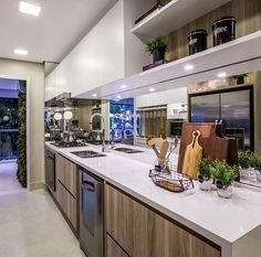 Cozinha com branco e madeira e bancada de quartzo by Claudia albertoni