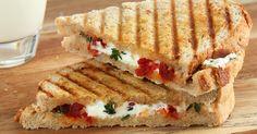 Ingrediënten: - 4 stevige boterhammen - boter - 100 g zachte geitenkaas - ongeveer 10 semi-zongedroogde tomaten, in reepjes gesneden...