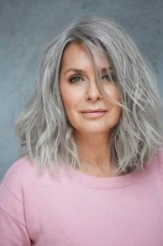 Top models agency over 40 years – Paris – Joyeux - Weißes Haar Grey Hair Model, Grey Hair Wig, Long Gray Hair, Silver Grey Hair, Grey Hair Natural, Lilac Hair, Emo Hair, Pastel Hair, Green Hair