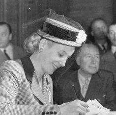 Eva Perón recibe a personas en su despacho 01/03/1950