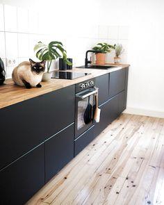 Wohnen Greetings from Freddy! Red Kitchen, Black Kitchens, Open Plan Kitchen, Kitchen Pantry, Cool Kitchens, Kitchen Dining, Kitchen Cabinets, Black Cabinets, Diy Kitchen Decor