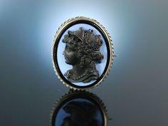 Black cameo brooch! Brosche Glasfluss Kamee England um 1890 versilbert Gemme, antikisierende Dame im Profil, Antikschmuck bei Die Halsbandaffaire