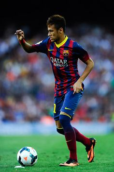 Neymar Photos - Neymar of FC Barcelona runs with the ball during the La Liga match between FC Barcelona and Levante UD at Camp Nou on August 2013 in Barcelona, Spain. - FC Barcelona v Levante UD - La Liga Neymar Pic, Neymar Barcelona, Gareth Bale, Soccer Fans, Football Players, Lionel Messi, Cristiano Ronaldo