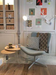 Mooie sfeerfoto   de Lounge in blue fauteuil van  Studio 10   bijzettafeltjes OSB wit Zuiver   Vloerlamp Leitmotiv wit   hertengewei HKliving   blauw Monty kussen zuiver