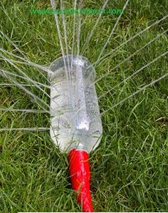 Hoy en aprender a hacer te traemos una idea mas de como puedes reciclar las botellas de plástico en una divertida regadera que puede tener dos usos para que los pequeños de casa se mojen sin desperdiciar tanta agua y mientras lo hacen se riega el jardín.
