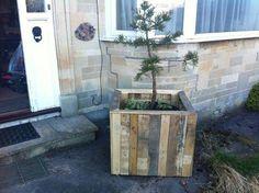 Recycled Pallet DIY Pallet Planter - Use pallets to make planters or plant pots. Pallet Furniture Tutorial, Diy Pallet Sofa, Pallet Art, Outdoor Pallet, Pallet Bench, Pallet Patio, Pallet Wood, Outdoor Decor, Pallet Crafts