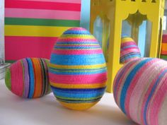 Easter eggs BIlder with yarn-wrapped-colorful kids colorful - Easy Yarn Crafts Easy Yarn Crafts, Egg Crafts, Easter Crafts, Easter Decor, Easter Centerpiece, Hoppy Easter, Easter Eggs, Easter Tree, Easter Wreaths