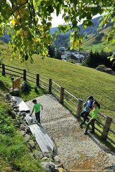 Entlang der Wanderwege von St. Anton am Arlberg laden Genussplätze zu einer kleinen Rast mit herrlichem Blick ein. Tirol | Austria St Anton, Alps, Countries, Nature, Summer, Travel, Hiking Trails, Hiking, Naturaleza