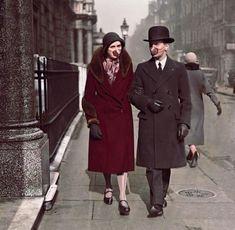 Couple wearing masks during the spanish flu pandemic from 1918 Fake History, Flu Mask, One Word Art, R Dogs, Animation, Influenza, Fashion History, Historical Photos, Corona