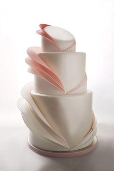 Os bolos são claros, cobertos com perfeição e alguns detalhes minimalistas.