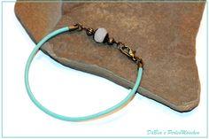 Armband Leder hellblau mit weißer Perle von DaBea's PerlenMaschen auf DaWanda.com