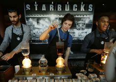 Solid Gold –Pekerja menyiapkan kopi di sebuah stasiun di pemegang saham pertemuan Maret Starbucks 'di Seattle, rumah perusahaan. Menghadapi meningkatnya persaingan untuk pekerja, Starb…