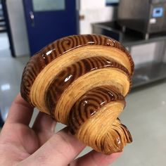 What an amazing creativity And looking delicious croissant By 👉👉 By 👉👉 By 👉👉 Bakery Kitchen, Bakery Menu, Breakfast Pastries, Bread And Pastries, Cooking Bread, Bread Oven, Oven Cooking, Homemade Croissants, Bread Shaping
