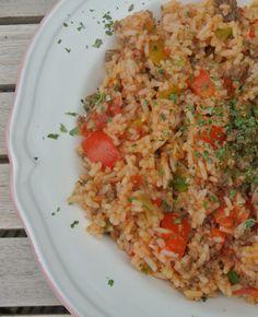 Dit lekkere recept met rijst, gehakt, paprika, bosui, rode peper en gepelde tomaten is zo�n gerecht dat heerlijk is om doordeweeks te maken nadat je de hele dag gewerkt hebt. Het is namelijk gezond, simpel en heel snel te bereiden.�