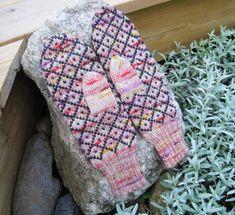 Kotkan perhoslapaset Mitten Gloves, Mittens, Knitting Projects, Knitting Patterns, Knitting Socks, Knit Socks, Fingerless Gloves, Arm Warmers, Butterfly