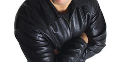 """Como vestir uma jaqueta de couro larga. Embora as jaquetas de couro venham em diversas formas e tamanhos, uma jaqueta larga não é o ideal. Ela deve ser elegantemente justa, principalmente se for usada para o motociclismo. O Department for Motor Vehicles (Departamento de Veículos Automotores) adverte: """"O couro folgado se movimentará durante o pilotar, e quando isso acontece, a proteção ..."""