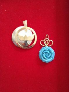 1- em madrepérola e prata com banho de ouro: Imagem do Divino Esp. Santo 2- em turqueza: prata com banho de ouro.