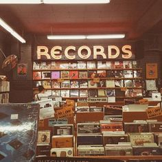 I love record stores, I need some zeppelin albums - retro - Fotoshooting Music Aesthetic, Aesthetic Vintage, Aesthetic Photo, Aesthetic Pictures, Aesthetic Stores, Orange Aesthetic, Tableaux Vivants, Wow Photo, Photocollage