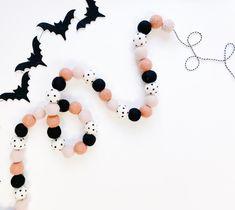 Diy Halloween Garland, Pink Halloween, Halloween Home Decor, Holidays Halloween, Halloween Crafts, Halloween Decorations, Halloween Party, Halloween Ideas, Spooky Halloween