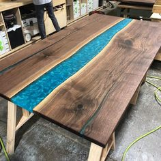 Curso Mesa Resinada - Como Fazer Mesa Resinada Passo a Passo Wood Crafts Furniture, Resin Furniture, Painted Furniture, Welding Flux, Carport Patio, High Top Tables, Epoxy Resin Table, Cnc Wood, Diy Resin Crafts